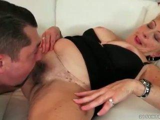 E shëndoshë gjyshja enjoying nxehtë seks në the kolltuk