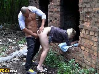Blonde bimbo endures hardcore profond anal vidéo