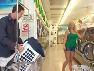 Superb seksual blondinka jana with natural big süýji emjekler doing agzyňa almak in the washing store
