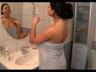 ใหญ่ หน้าอก ใน the bath