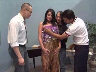 Tres afortunado guys licking uno guapa india esposa