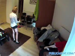 Publicagent casero vídeo con la hotel cleaner