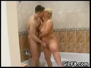Distracție cu o blonda bunica în the baie