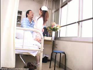 Дама медицинска сестра и стар farts воайор секс
