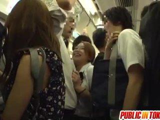 Koolitüdruk gives a käsitöö edasi the buss