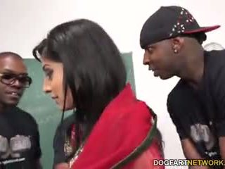 Nadia ali learns į tvarkyti a bunch apie juodas cocks