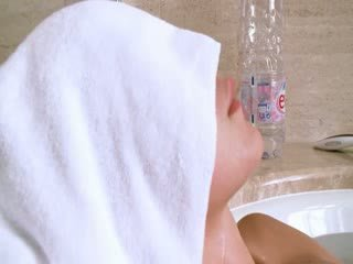 Liten och nätt irish flicka i den het bath