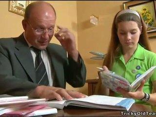 أقرن معلم seducing في سن المراهقة