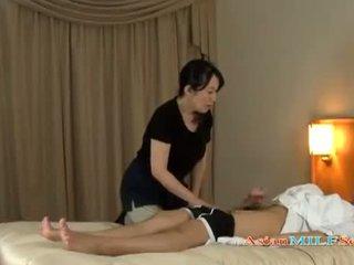 Maturidad woman massaging guy giving pagtatalik na pangkamay getting kanya suso rubbed sa ang bed