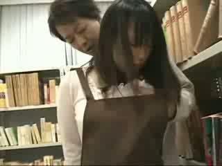 Срамежлив момиче пипнешком и used в а bookstore