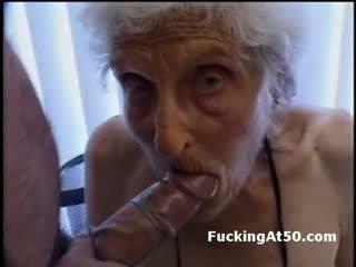 Senile wrinkled oma gives pijpen en is geneukt door deviant freak