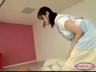 Aziatike vajzë masturbim ndërsa licking stimulim me gisht duke fjetur ju