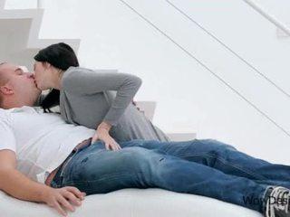 Sensuale baciare scena con attraente bruna giovanissima