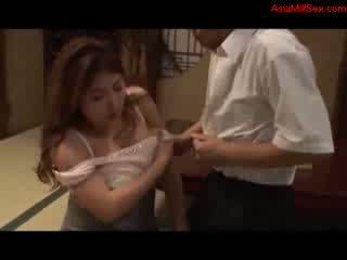 Gros gros seins milf giving pipe getting son seins baisée chatte licked par mari sur la sol en la salle