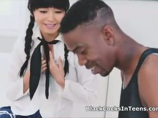 Японки смесени момичета момчета rides голям черни хуй в униформа