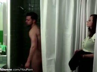 Njerka waits për bir në the dush