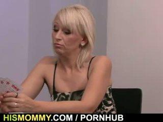 Son gf est toyed après strip poker avec son mère