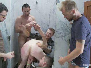 Two boys gauti used ir tvirkinti į a viešumas restroom