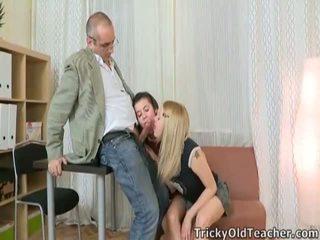 Vídeo de joven chica having sexo con un viejo hombre