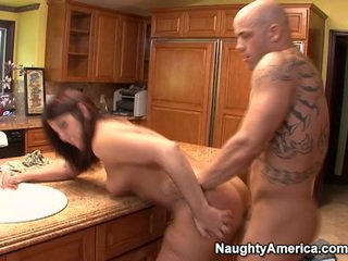 Cota has thang onto cozinha counter
