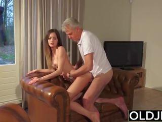 Starý a mladý porno - opatrovateľka pička fucked podľa starý človek a swallows semeno