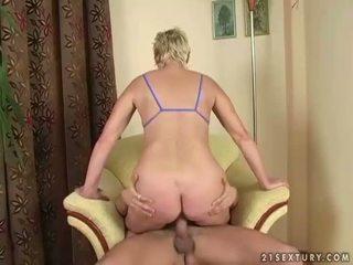 Lusty abuelita fucks con joven hombre