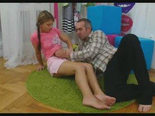 아기 확산 그녀의 다리 에 소요 a 형사