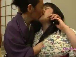 アジアの ティーン で kimono gets 彼女の ティッツ licked