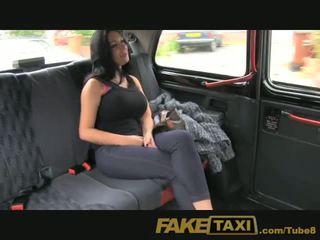 Faketaxi šou mergaitė su didelis papai fucks už grynieji