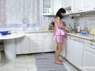 יפה & בהריון בייב fucks ב the מטבח