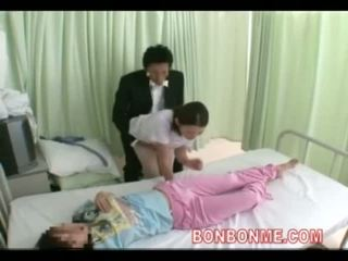 Infirmière branlette en avant de femme 03