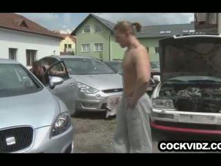 Mechanic dhe klient qij outdoors