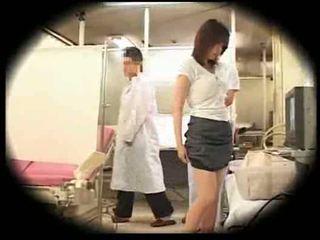 एक्सप्लाय्टेड द्वारा उसकी gynecologist