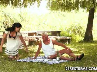 Dospívající cutie s excentrický picnic s a dědeček
