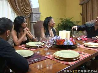 Kaakit-akit malaking suso buhok na kulay kape wifes sa ang table at swap husbands