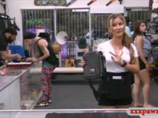 Sexy cameriera banged da pawnshops owner a guadagnare soldi