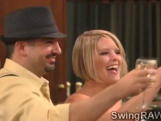 Гаряча blondies і деякі drinks поворот це дійсність в a xxx swingers шоу