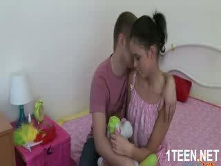 Оголена гаряча дівчина gets цицьки sucked і оральний