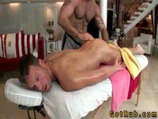 Hunk gets astounding homo massasje