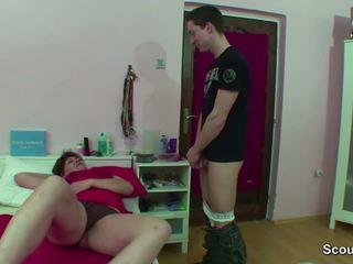 Mãe apanhada alemão gajo a masturbar quando wake para cima e obter caralho