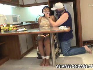 ناضج امرأة سمراء مع كبير الثدي tied فوق و متلمس