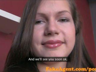 Fakeagent søt brunette takes gets første facial i kontor