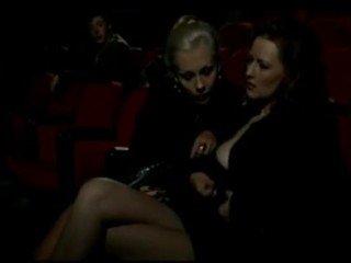 Alduterio italiano بسبب ragazze al السينما