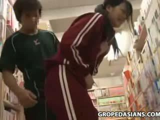 害羞 學校 青少年 摸索 在 bookstore