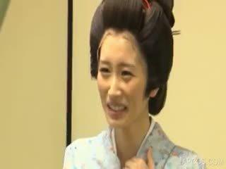 Asiatisk geisha shows pupper og kuse