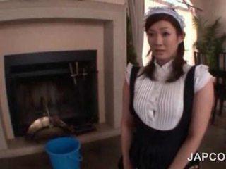 Sexy adoleshent aziatike shërbyese getting të saj prapanicë e vajosur lart në kamera