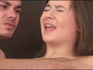 Virgin বালিকা sucks একটি বাড়া