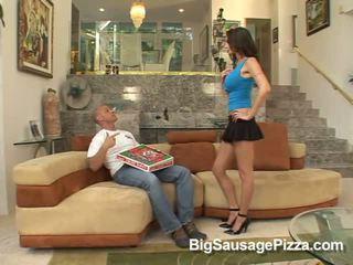 Horký bruneta does výstřik pro guy s pizza na kohout zatímco kneeling