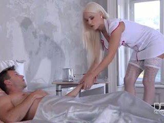 Bardzo seksowne pokojówka i pielęgniarka dać ich pacjent a double robienie dobrze stopami i pieprzyć