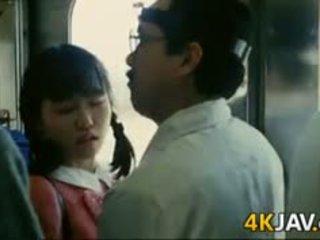 נערה gets מגוששת ב a רכבת